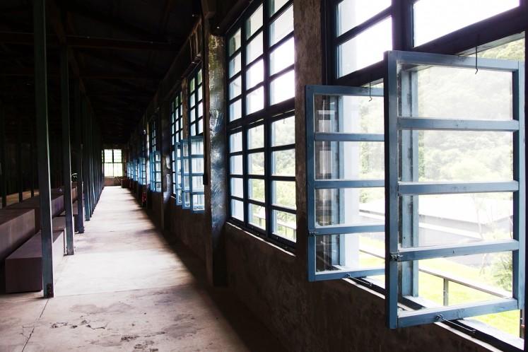 老茶廠挑高建築的老滋老味,木造衍架、整排藍灰色窗櫺、被踩到平滑光亮的水泥地板,<br />甚至在石牆及原木樑柱上都還能窺見斑駁的歷史痕跡,一切原汁原味,沒有多加修飾,<br />處處流溢著古樸懷舊況味,就為了完美重現老茶廠百年雋永光陰。